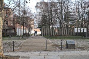 Foto: Eingang Lehrter Straße zum Zellengefängnis mit Gedenkstein